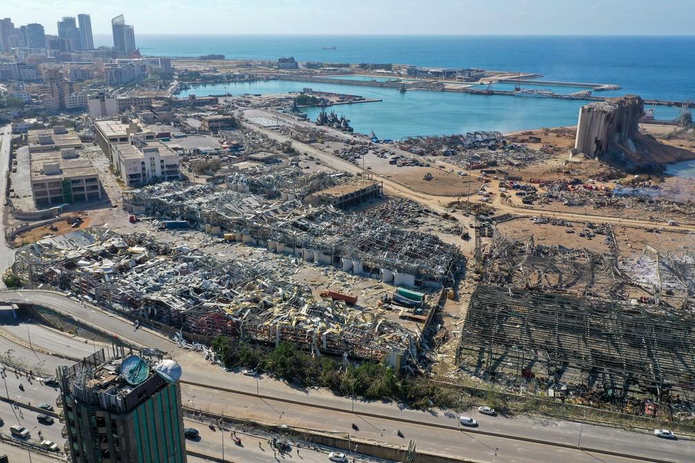5 de agosto - Vista aérea mostra danos em Beirute um dia após enorme explosão atingir região portuária da capital libanesa — Foto: AFP