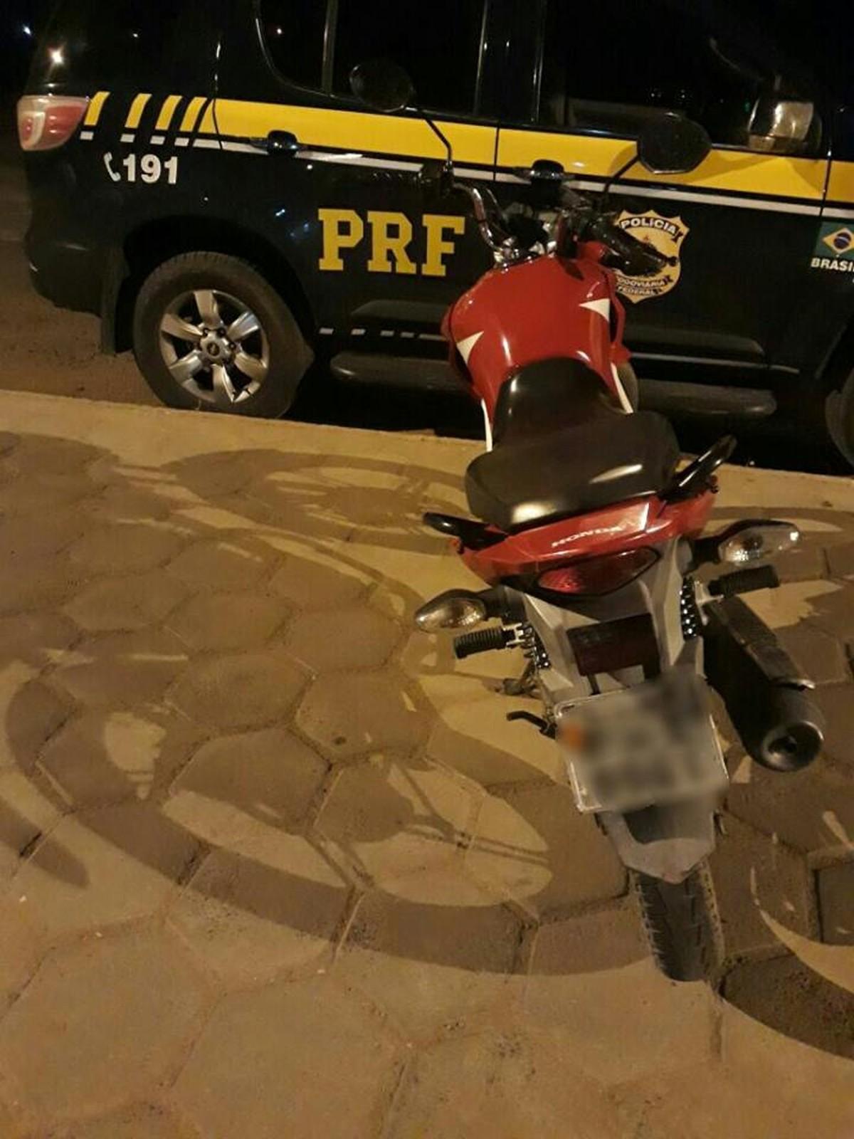 PRF detém homem e recupera moto com restrição de furto e roubo em Boa Vista