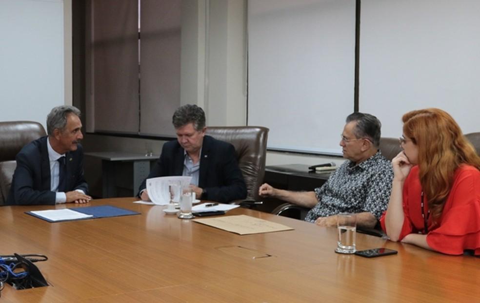 Presidente do TJMT, desembargador Carlos Alberto Alves da Rocha, e secretário de Segurança Pública, Alexandre Bustamante dos Santos. — Foto: TJ/MT