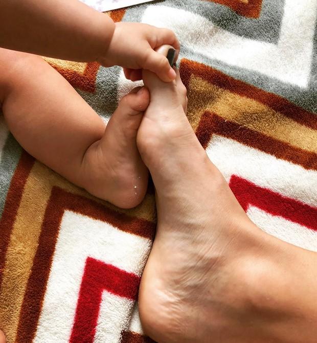 Os pés de Juliana Didone e Liz (Foto: Reprodução / Instagram)