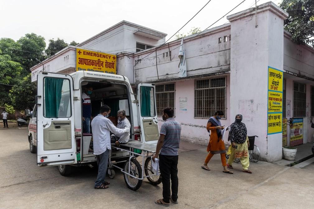 Parentes ajudam Jagdish Singh, de 57 anos, a sair de uma ambulância na porta de um hospital no distrito de Bijnor, no estado de Uttar Pradesh, no dia 11 — Foto: Danish Siddiqui/Reiters