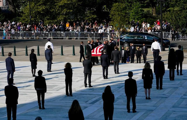 WASHINGTON, DC - SEPTEMBER 23:  Pallbearers carry the flag-draped casket bearing the remains of Justice Ruth Bader Ginsburg at the U.S. Supreme Court where she will lie in repose, on September 23, 2020 in Washington, DC. Ginsburg, appointed to the high co (Foto: Getty Images)