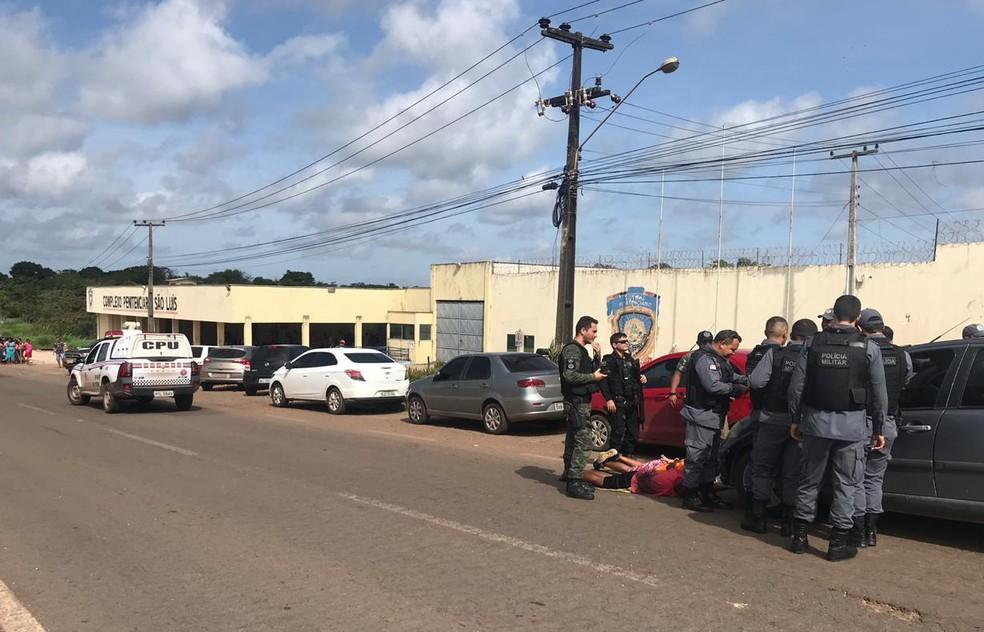 Segundo a PM, policiais suspeitaram da ação do trio em frente a penitenciária de Pedrinhas e acabaram flagrando dois jogando pacotes por cima do muro do presídio — Foto: Divulgação/Polícia Militar