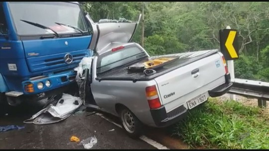 Acidente grave entre caminhão e dois carros mata uma pessoa no Sul de Minas