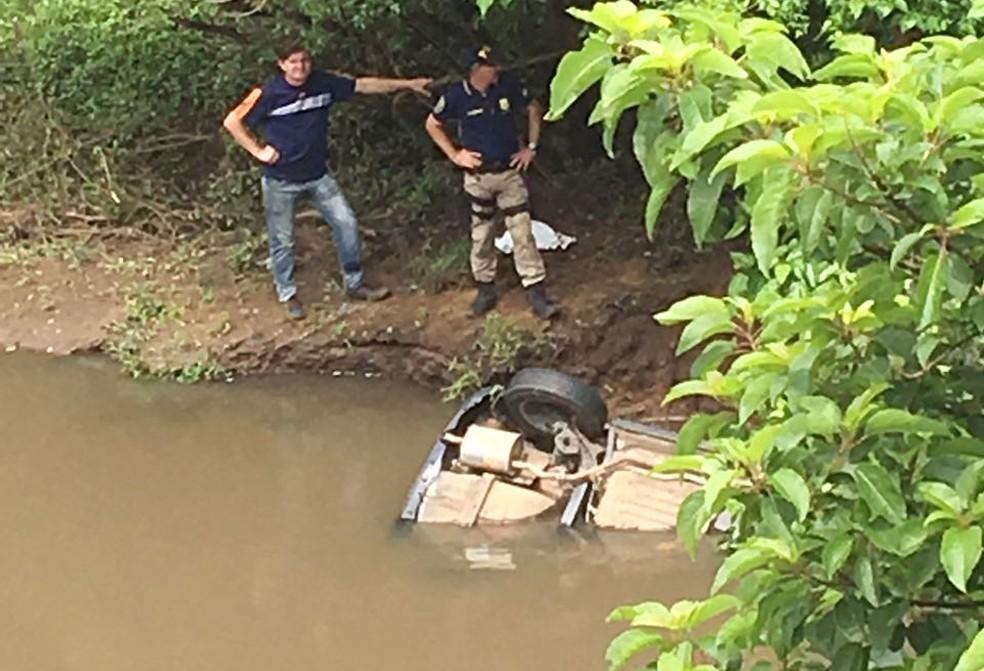Equipes da Polícia trabalham no arroio Irapuã, onde o carro do casal foi localizado, no arroio Irapuã, em Caçapava do Sul.  (Foto: RBS TV)