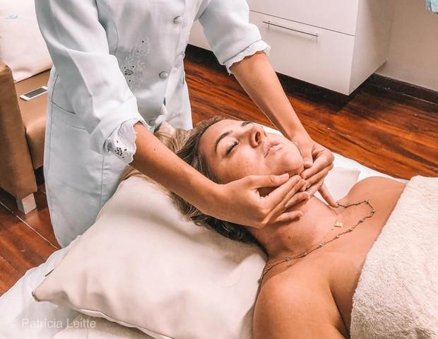 Patrícia Leitte faz drenagem em rosto para tirar nódulos de cirurgias: