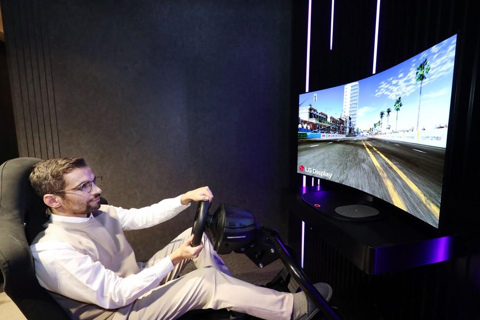 TV de 48 polegadas da LG pode ficar plana ou curvada com o toque em um botão. — Foto: Divulgação/LG