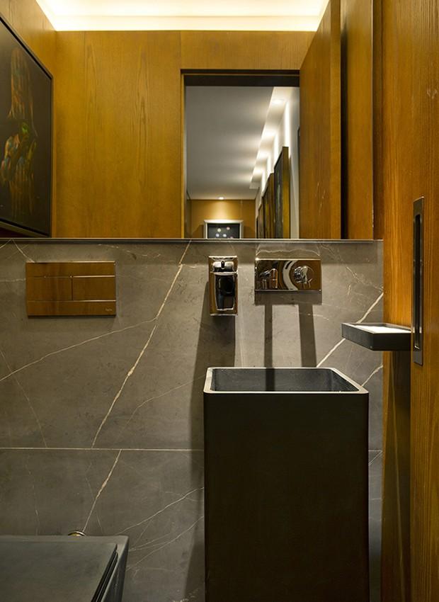 Grandes lâminas de mármore Gris Armani revestem o lavabo reformado pelo arquiteto Rogério Shinagawa em São Paulo (Foto: Evelyn Müller/Editora Globo)