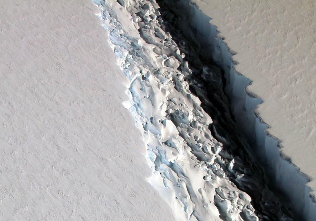 Uma imensa rachadura na plataforma de gelo Larsen C é vista em imagem aérea feita em novembro de 2016. A rachadura cresceu de tal forma em dezembro que agora apenas 20 km de gelo impedem o imenso bloco de 5 mil km² (o equivalente a 500 mil campos de futebol, ou à área do DF) de se soltar, como aponta um estudo divulgado nesta sexta-feira (6) (Foto: John Sonntag/Nasa)