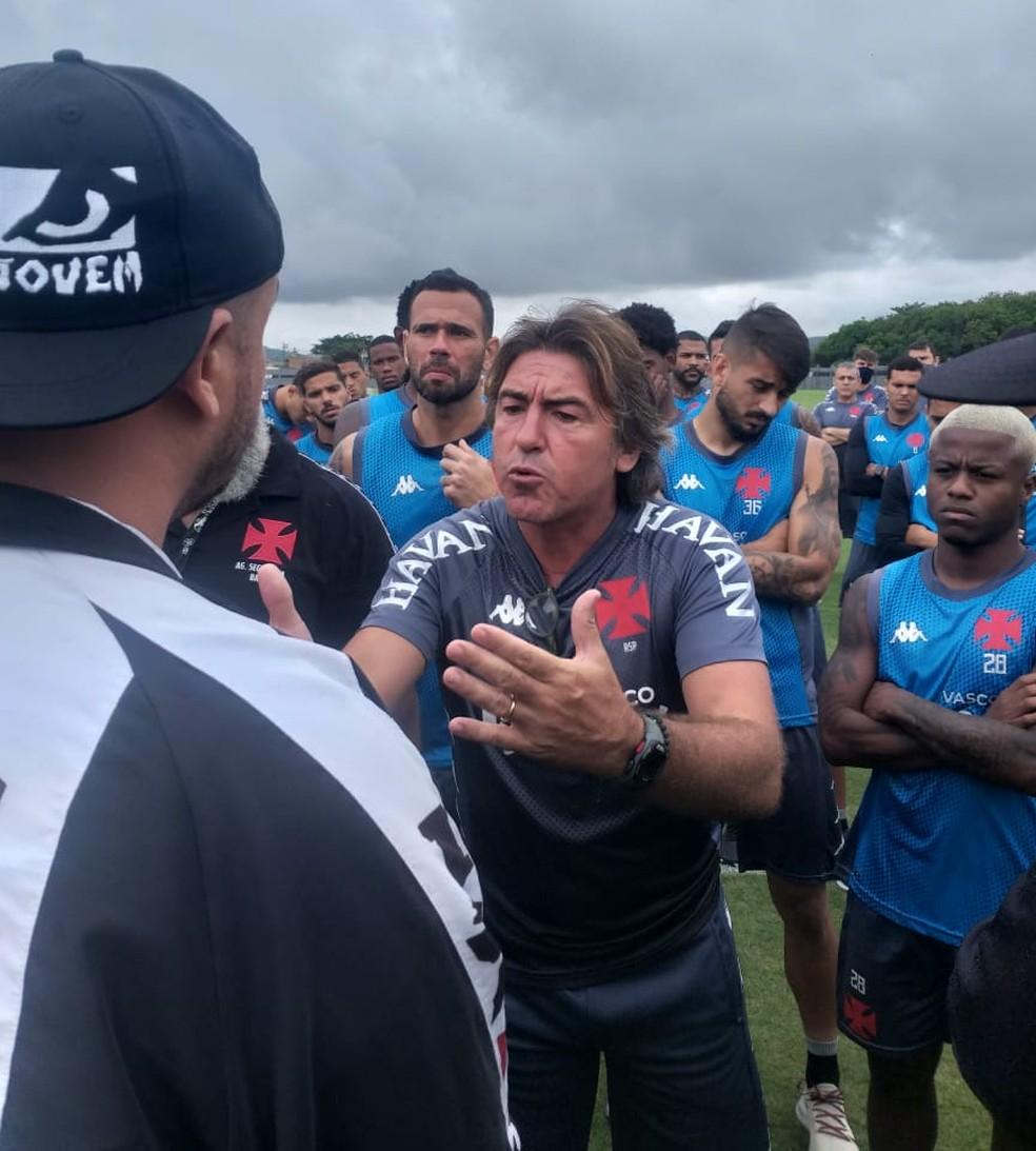 A imagem mais marcante de Sá Pinto no Vasco: a defesa do grupo em ivasão no CT — Foto: Reprodução