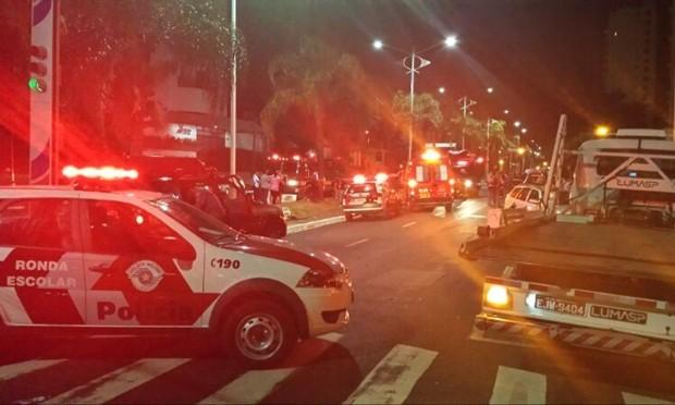 Acidente aconteceu durante a madrugada, na principal avenida de Rio Preto (Foto: Vinícius Augusto Del Rio / Aplicativo TEM Você)