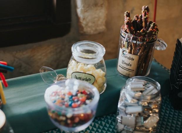 Varinhas de chocolate e diversos docinhos estavam disponíveis para os convidados (Foto: Lorena Burns Photography)