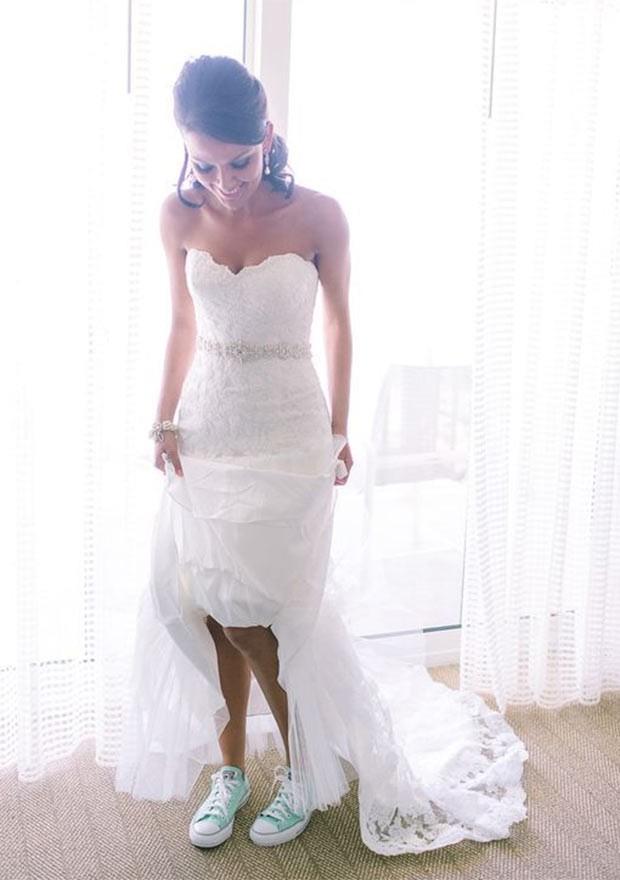 Vale optar por um modelo colorido caso o vestido seja mais curto (Foto: Pinterest)