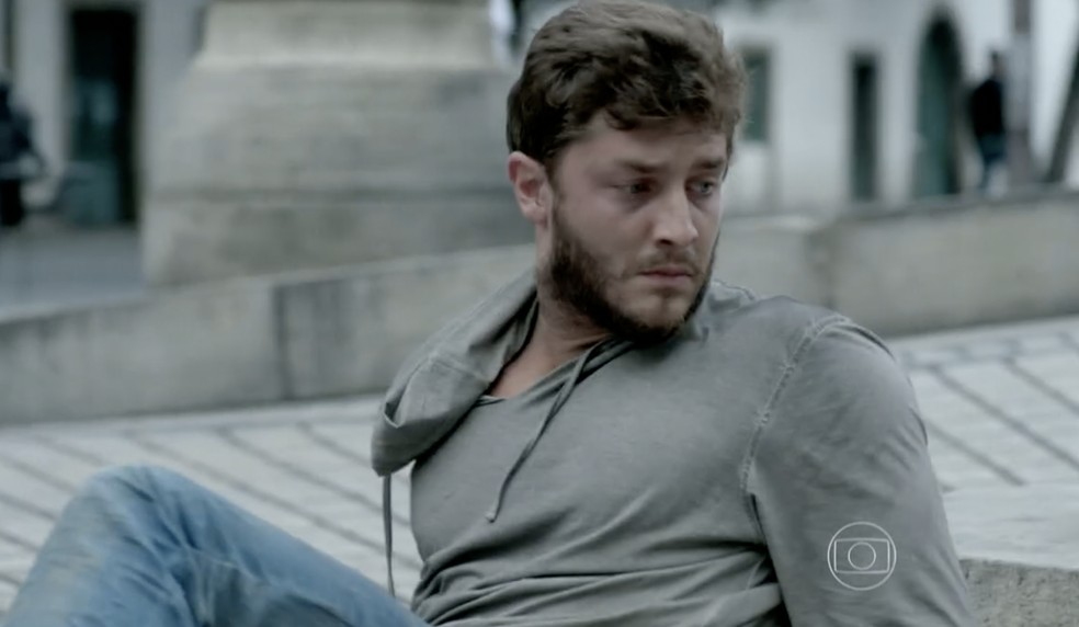 Leonardo (Klebber Toledo) percebe que foi roubado em 'Império' — Foto: Globo