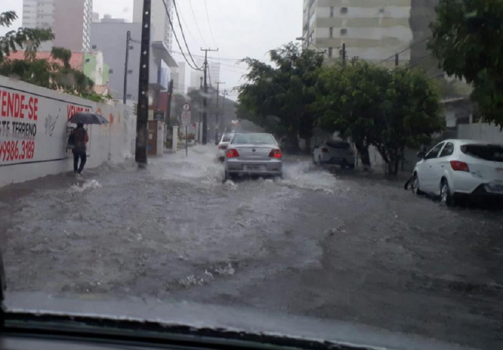 Registro da chuva em Fortaleza no dia 18 de janeiro. Na Rua José Villar com Avenida Santos Dumont, no Bairro Aldeota, os carros tiveram dificuldade para trafegar. (Foto: Hallison Ferreira/TV Verdes Mares)
