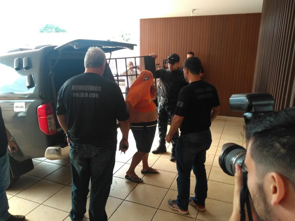 Homem preso em flagrante na operação Luz da Infância III é levado a delegacia em Campo Grande — Foto: Polícia Civil de MS/Divulgação