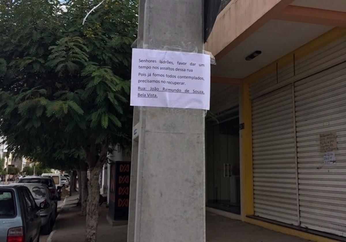 'Favor dar um tempo nos assaltos', diz placa colocada em poste por moradores
