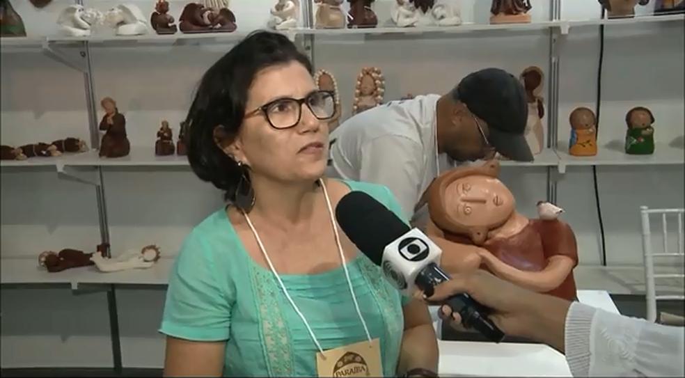 Valcir Oliveira, artesã de peças em cerâmica de Campina Grande, diz que Salão do Artesanato possibilita visitantes conheceram o trabalho dos artesãos paraibanos (Foto: Reprodução/TV Paraíba)