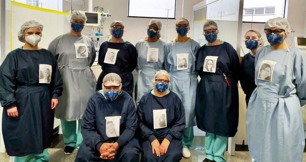 Equipe da UTI do Hospital do Trabalhador, em Curitiba, passou a usar fotos penduradas nos aventais. — Foto: Divulgação/Sesa