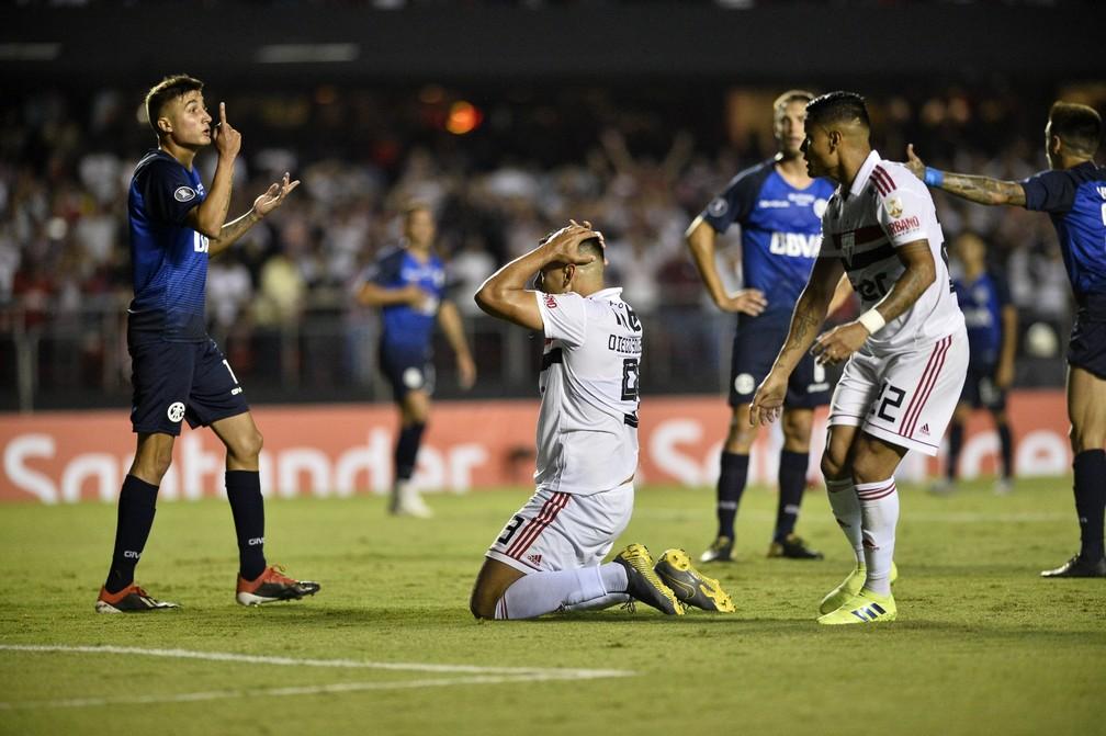 Diego Souza ajoelha no chão: São Paulo foi eliminado pelo Talleres — Foto: Marcos Ribolli