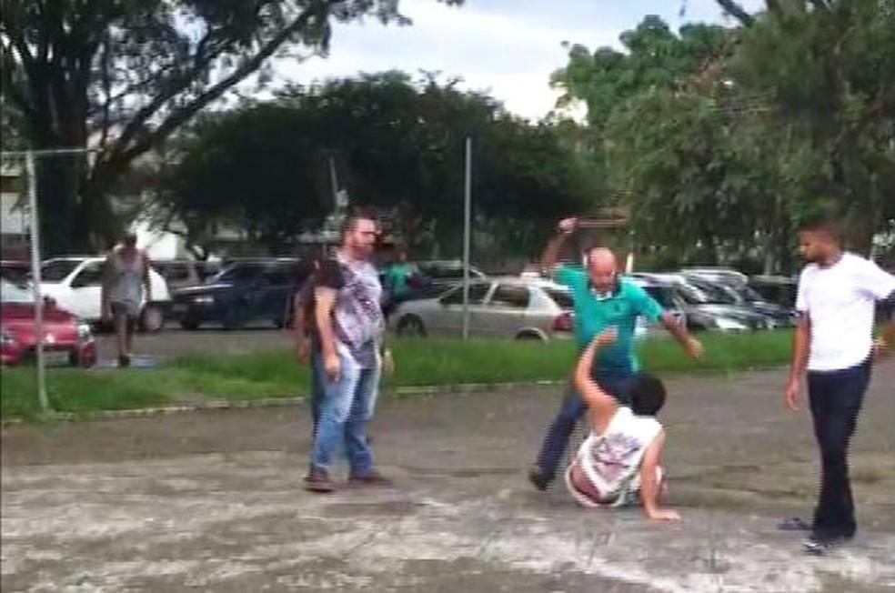 Vigilante foi agredido até com cinto em Cubatão, SP (Foto: Reprodução/G1)
