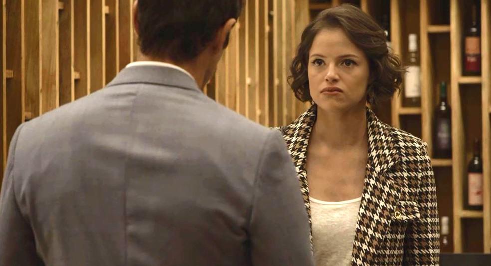 Josiane (Agatha Moreira) diz a Régis (Reynaldo Gianecchini) que eles podem aproveitar a grana da venda da fábrica, em 'A Dona do Pedaço — Foto: Globo