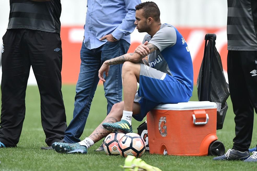 Luan apenas observou rachão na terça-feira, rodeado de profissionais do clube (Foto: Wesley Santos/Agência PressDigital )