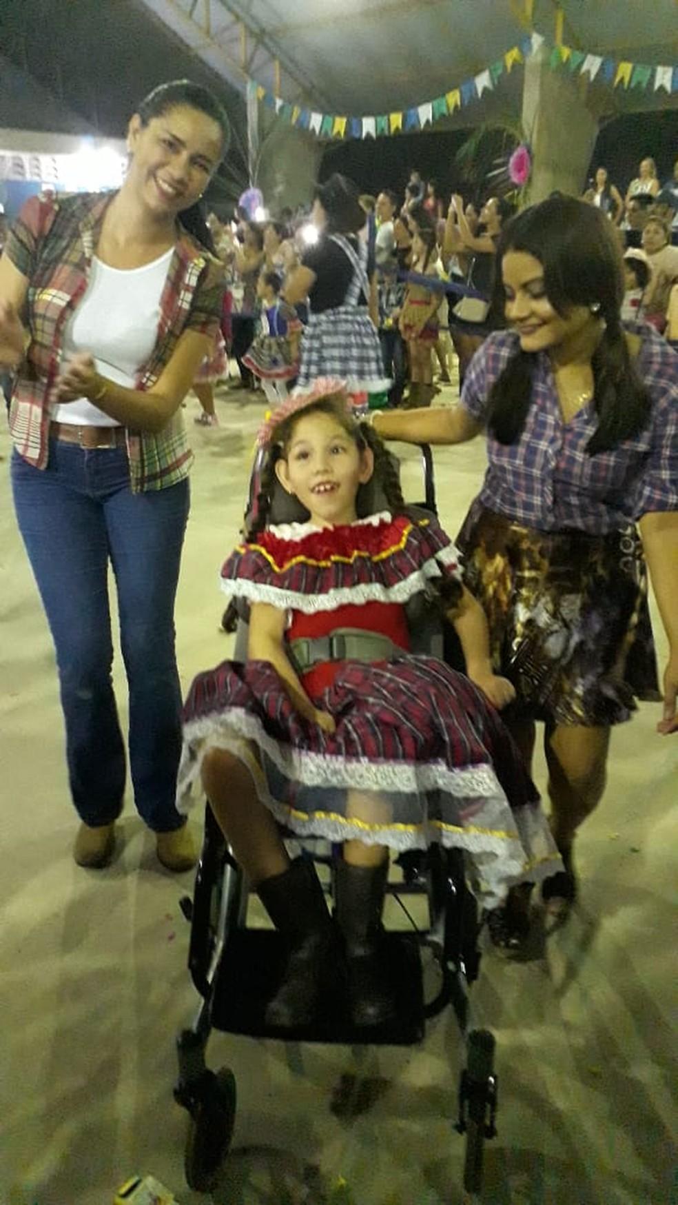 Cuidadora e professora acompanharam criança durante apresentação de quadrilha junina (Foto: Arquivo pessoal)