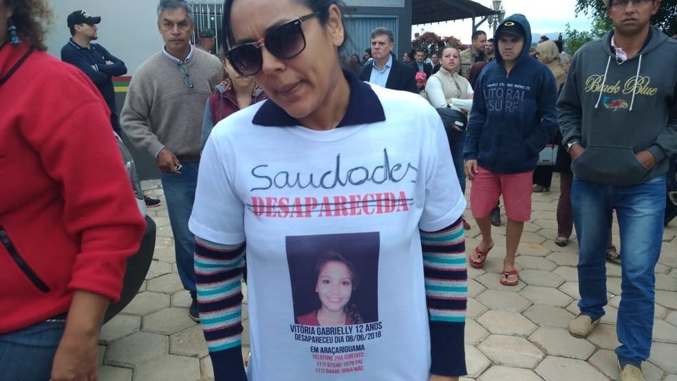 Amiga prestou homenagem à Vitória Gabrielle durante velório em Araçariguama (SP) (Foto: Matheus Fazolin/G1)