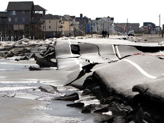 30 de outubro - Fotografia mostra estrada na Carolina do Norte danificada após a passagem da supertempestade Sandy em Rodanthe. (Foto: Steve Earley/The Virginian-Pilot/AP)