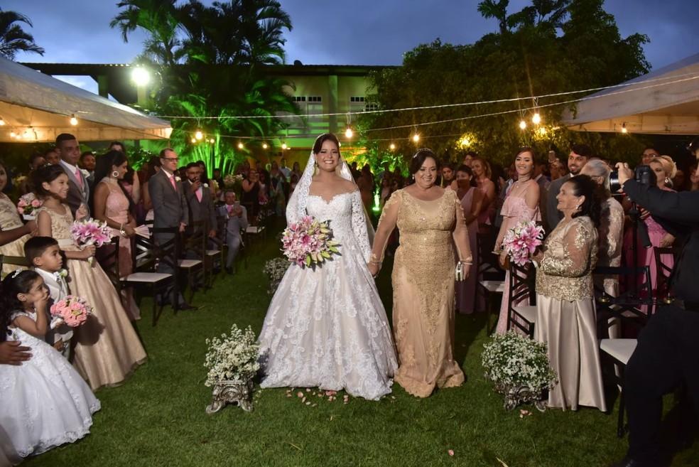 Comerciante entrou na cerimônia com a mãe (Foto: Priscila Fontinele/Divulgação)