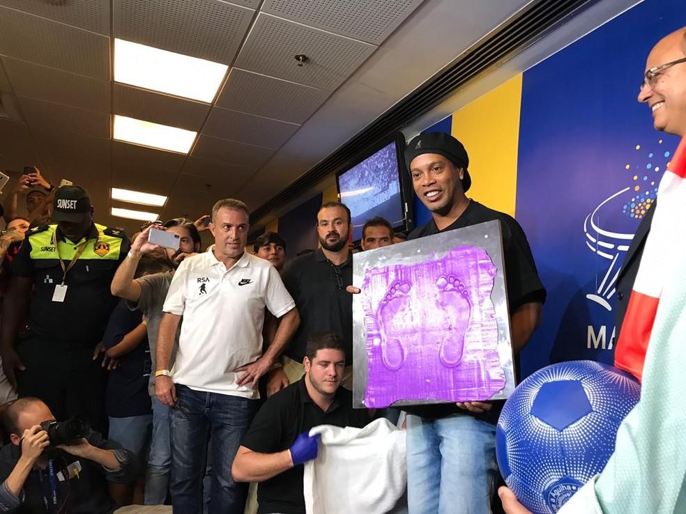 Ronaldinho Gaúcho exibe a marca dos pés que ficarão na calçada da fama do Maracanã — Foto: Paula Carvalho