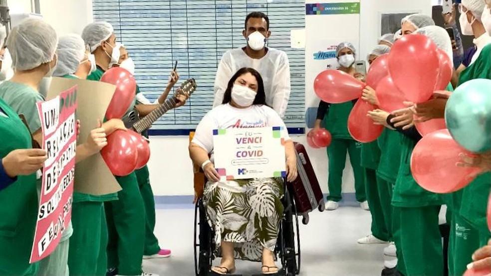 Nivalna Cavalcante, de Manaus, no momento da alta após tratar Covid-19 em hospital de Alagoas — Foto:  Catarina Magalhães/ Agência Alagoas