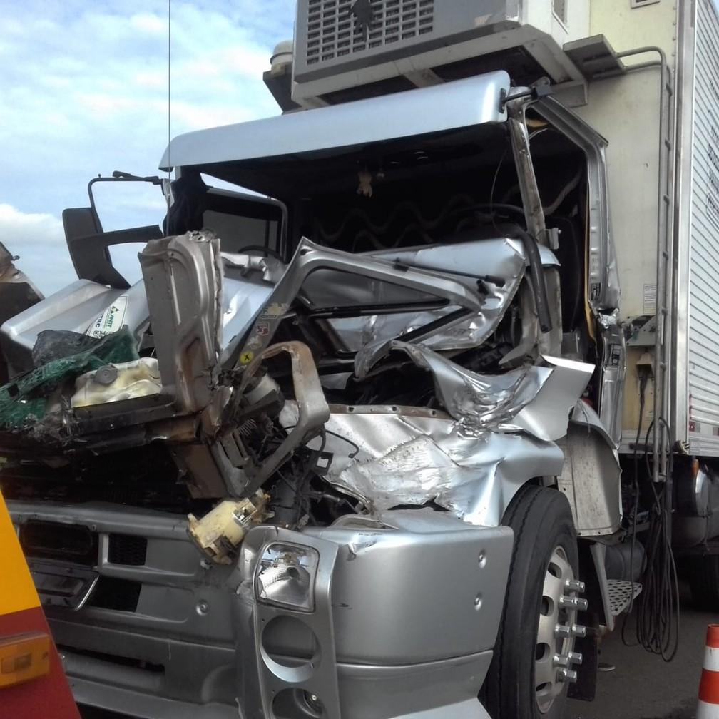 Dois caminhões colidiram na Rodovia dos Bandeirantes, em Limeira — Foto: Cláudio Mariano/SBNotícias