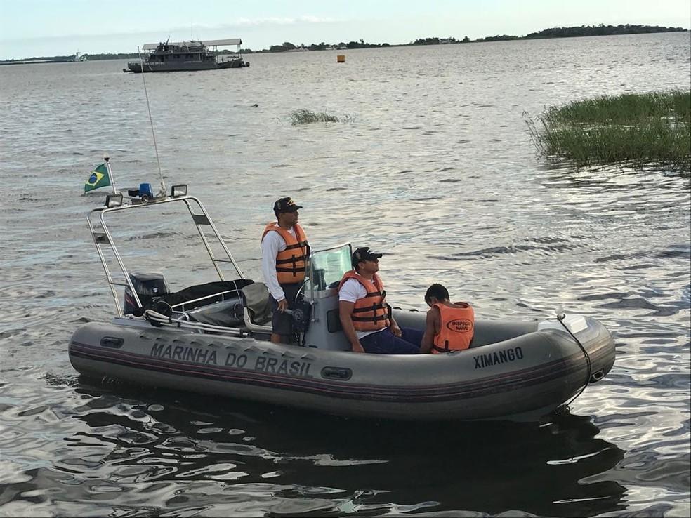 Equipe de Inspeção Naval conduziu o jovem resgatado até a Orla de Santarém (Foto: Capitania Fluvial de Santarém/Divulgação)