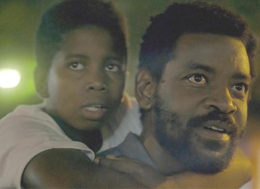 Fabricio Boliveira e Cadu N. Jay em cena do filme 'Breve miragem de sol' (Foto: Divulgação)