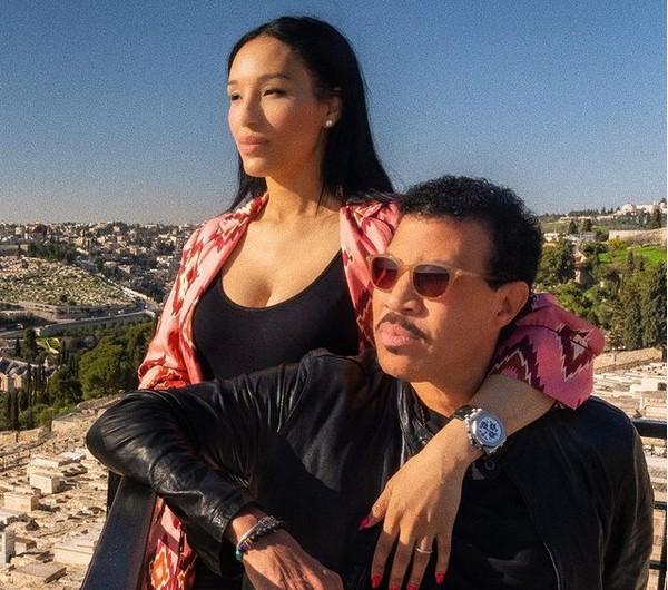 O músico Lionel Richie com a modelo e empresária suíça Lisa Parigi (Foto: Instagram)