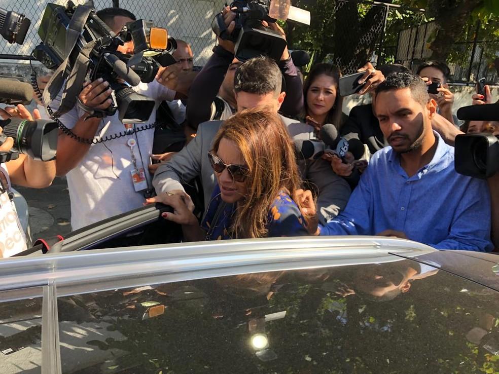 Deputada Flordelis deixou a Divisão de Homicídios de Niterói às 12h25, cerca de meia hora após chegar a especializada — Foto: Carlos Brito / G1