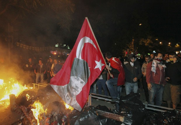 Manifestantes protestam em frente à embaixada os Estados Unidos em Ancara. (Foto: Burhan Ozbilici/AP)