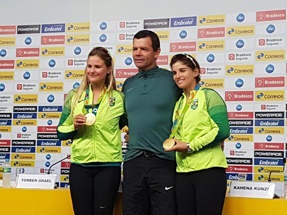 Torben Grael entre Kahena Kunze e Martine Grael, atletas da vela  (Foto: Marcello Pires)