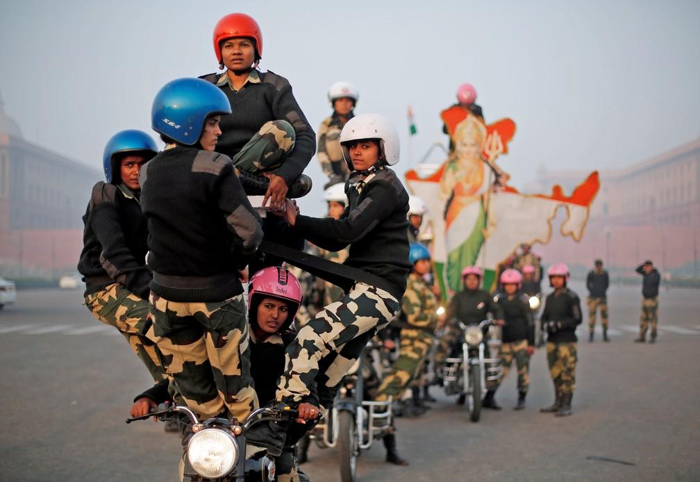 10 de janeiro - Mulheres motociclistas da Força de Segurança de Fronteira da Índia (BSF) conhecidas como 'daredevils' realizam um ensaio para o desfile do Dia da República em uma manhã de inverno em Nova Déli (Foto: Adnan Abidi/Reuters)