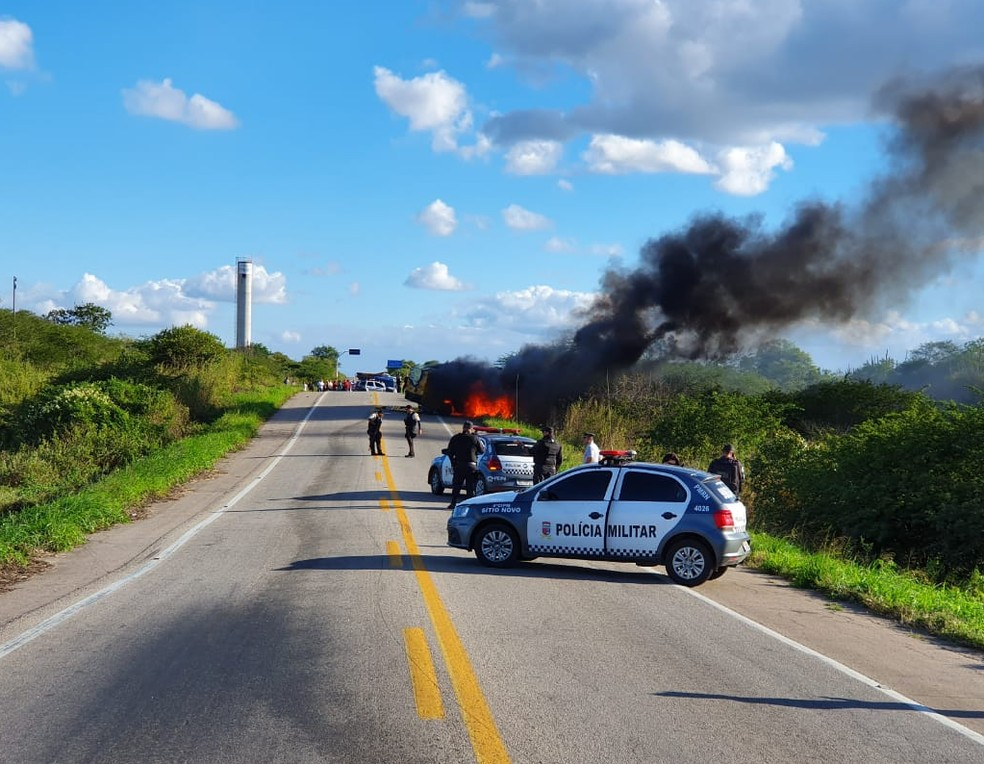 Carro-forte foi explodido por criminosos na BR-226 no RN  — Foto: Gutemberg Tavares