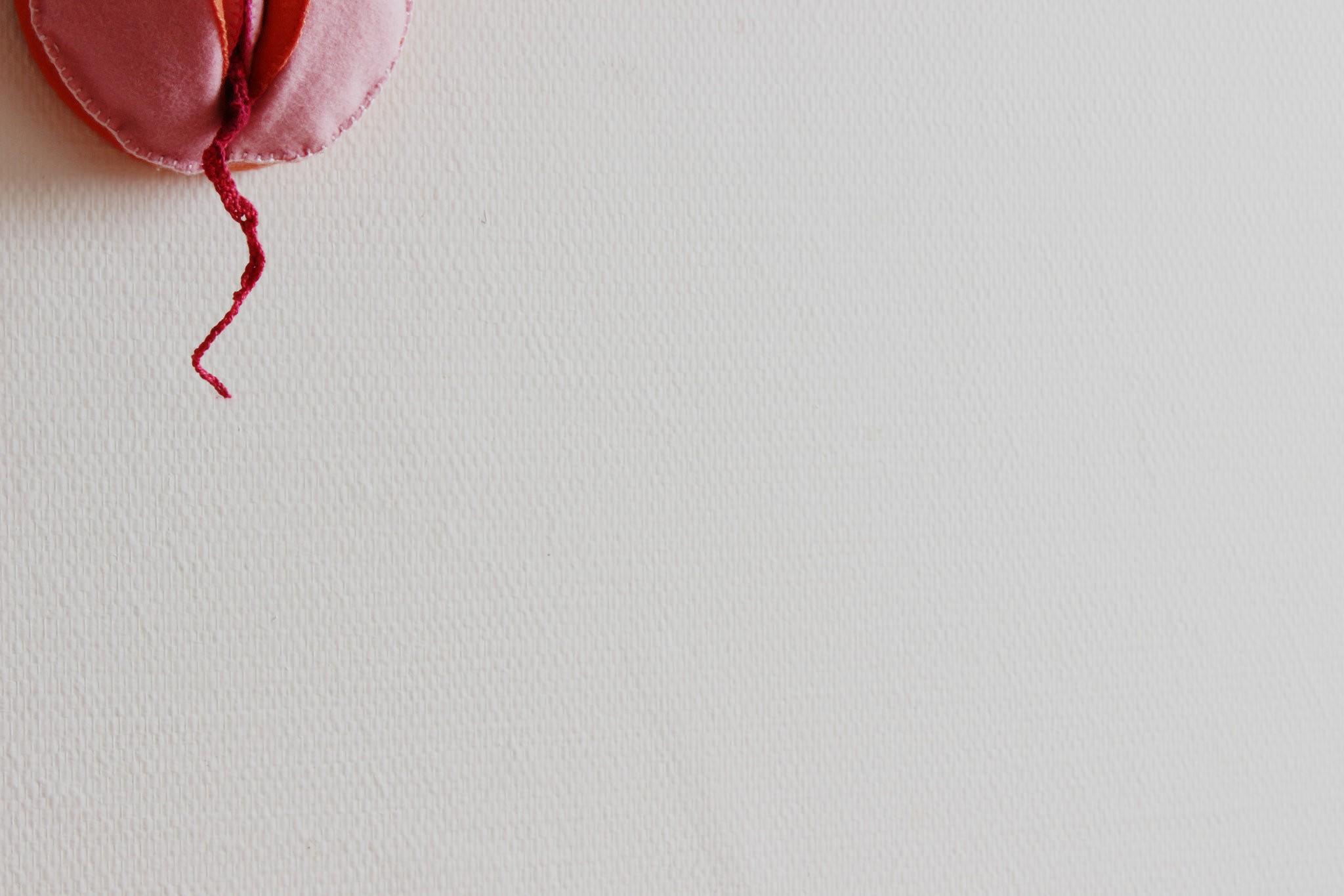 Peça de crochê simula a menstruação (Foto: b r u n a/Flickr)