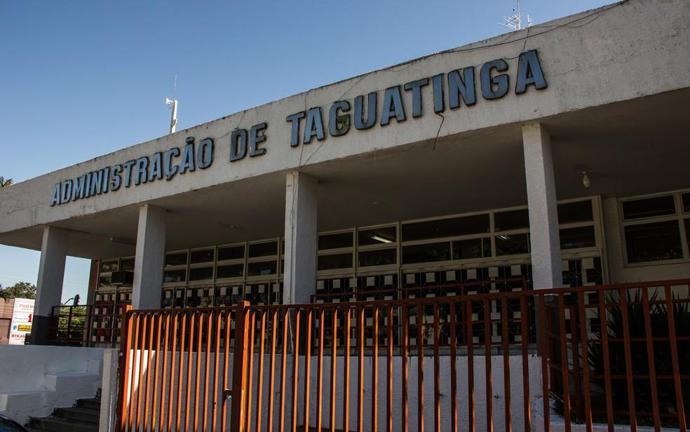 Fachada do prédio da Administração Regional de Taguatinga, localizada na Praça do Relógio — Foto: Mateus Vidigal/G1