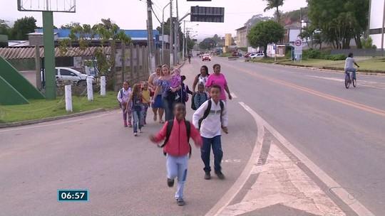 Ônibus escolar é cortado e crianças caminham por BR até colégio em Guaçuí