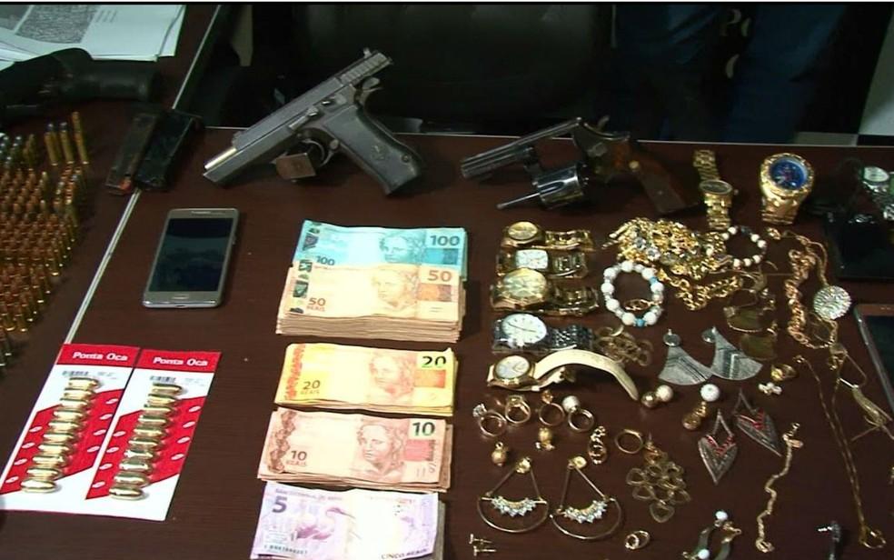 Além da droga, dinheiro, jóias, armas e munições também foram apreendidas (Foto: Fernando Correia/TV Oeste)
