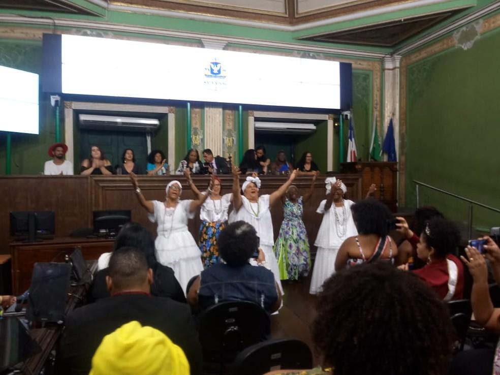 Grupo de samba de roda Poder Grisalho em sessão solene em Salvador — Foto: Thiago Conceição/Divulgação