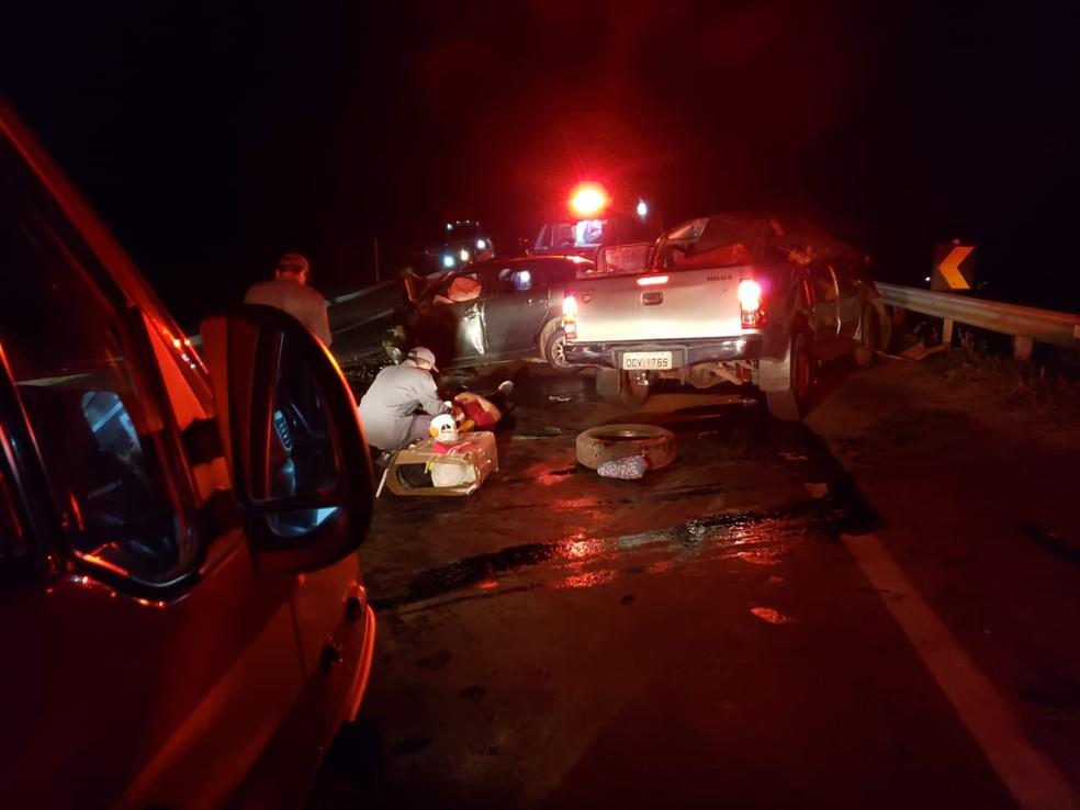 Colisão frontal entre dois carros deixou cinco mortos e três feridos na BR-381, em Naque — Foto: Corpo de Bombeiros/Divulgação