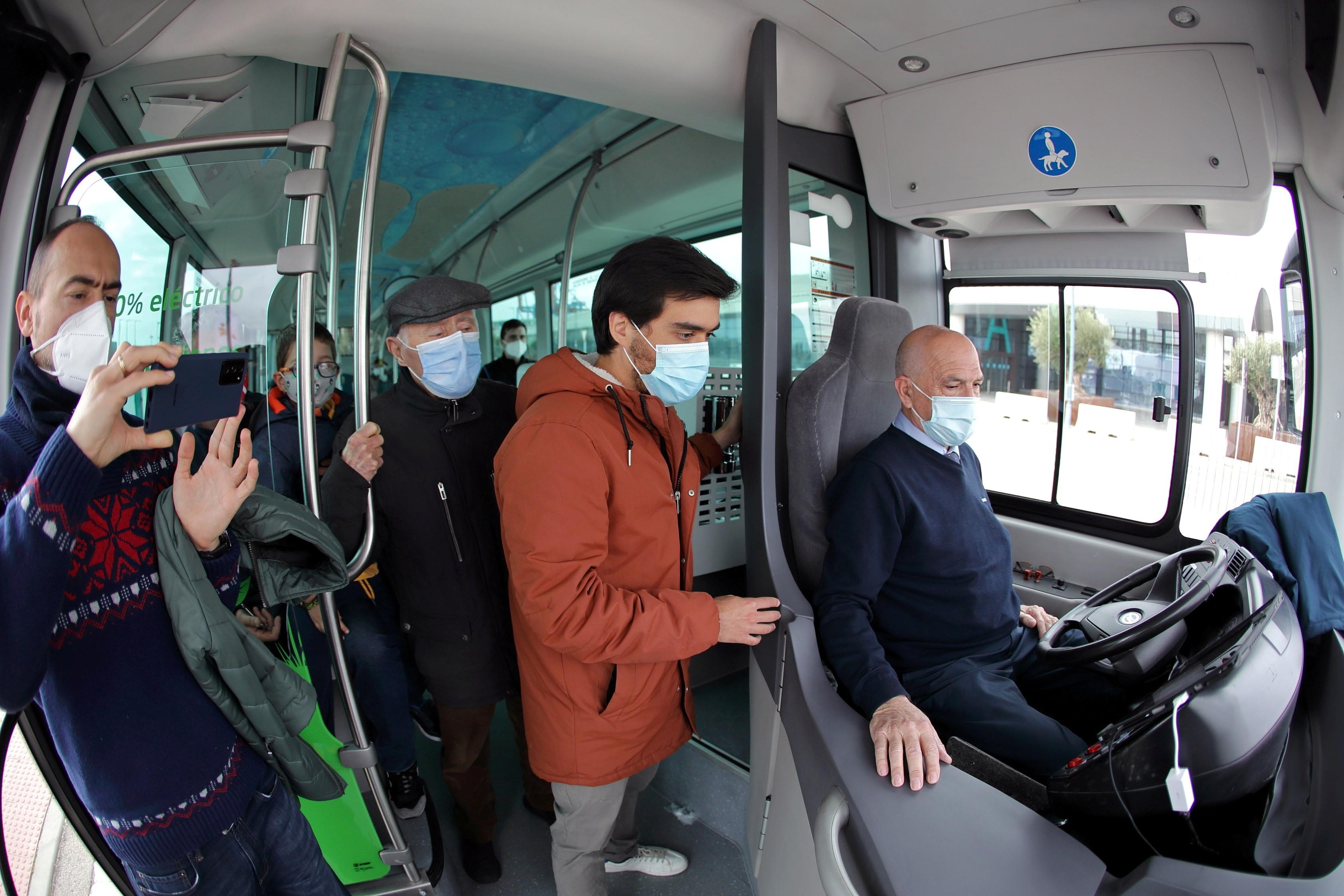 Ônibus sem motorista circula em cidade do Sul da Espanha