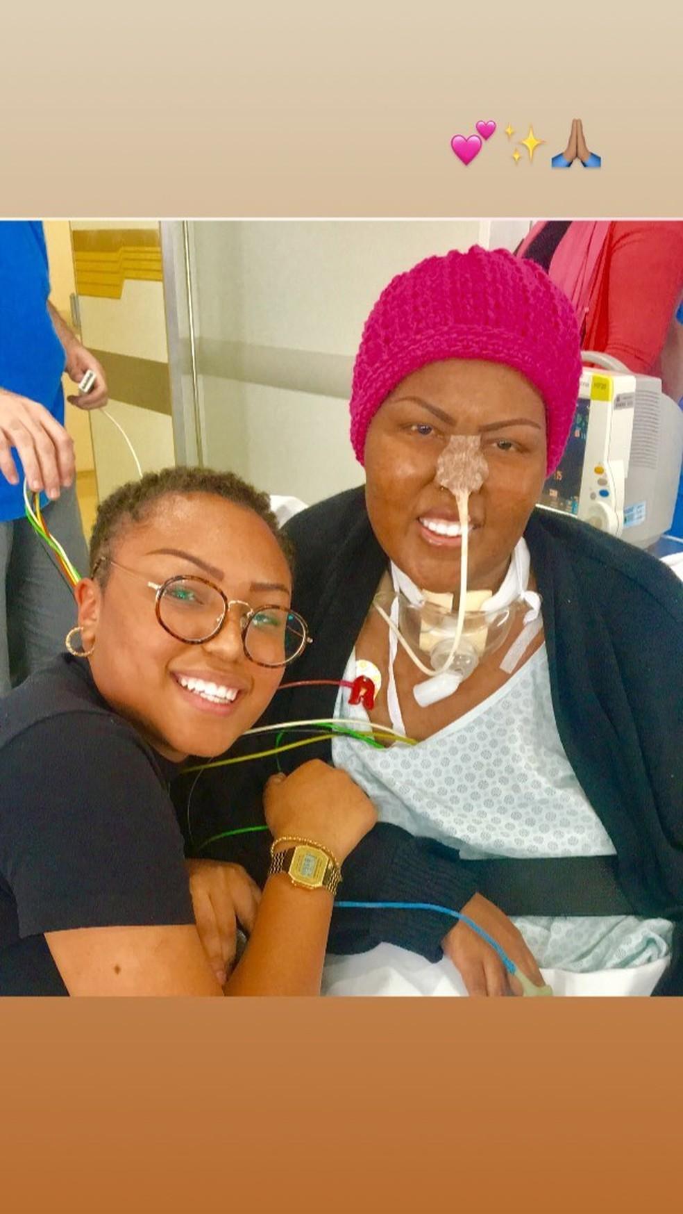 Deise Cipriano durante o tratamento contra o câncer, ao lado da filha, Talita — Foto: Reprodução/Instagram